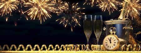 샴페인과 병 두 잔입니다. 새로운 년 이브 개념. 3 차원 렌더링