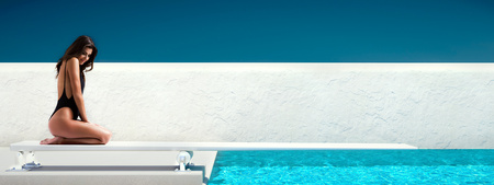 springboard: mujer sentada en el trampolín en la piscina. el concepto de verano