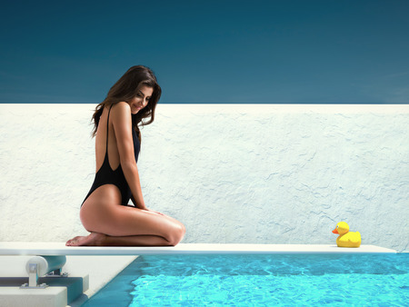 mujer sentada en el trampolín en la piscina. el concepto de verano