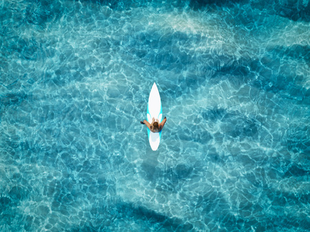 un surfista en el océano. Representación 3d Foto de archivo