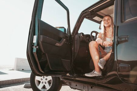 surfer girl sitting in car at the beach. california lifestyle Banque d'images - 133620262