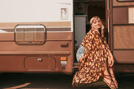 retro campervan with hippie californiagirl. california van lifestyle Banque d'images - 133982532