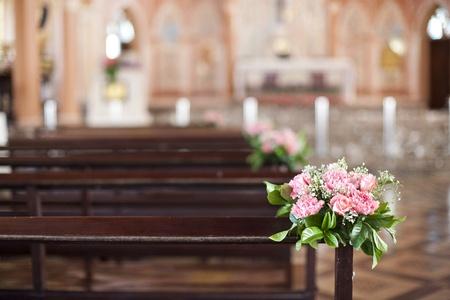 church flower: Beautiful wedding decorazione floreale in una chiesa Archivio Fotografico