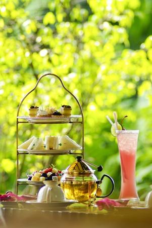 tarde de cafe: Ajuste de té Inglés con jugo de fruta y pan
