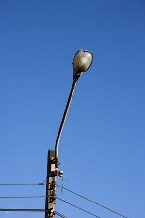 lamp post: lampada posta sul cielo blu; industria elettrica Archivio Fotografico