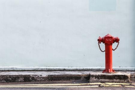 borne fontaine: Les pompes à incendie rouges sur la rue