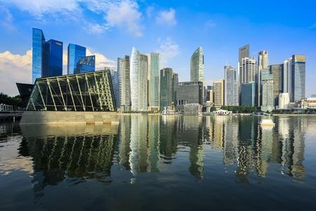 buildings on water: Edificios de negocios en Singapur con la reflexi�n Editorial
