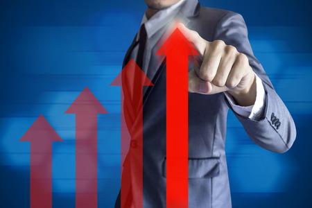 Zakenman raken moderne interface groei up winst concept op blauwe achtergrond.