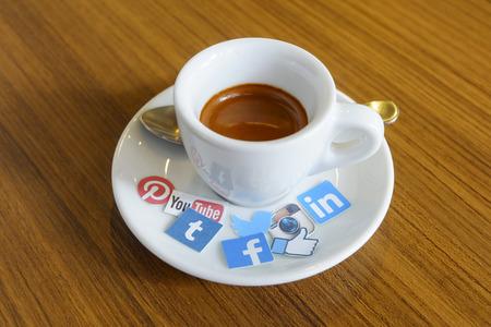vida social: CHIANG MAI, Tailandia - el 24 de septiembre 2014: las marcas de medios sociales impresos en la etiqueta y se colocan en el café caliente vida taza de la mañana.