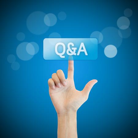 control de calidad: Q & A. hombre mano presionando preguntas y botón preguntar.
