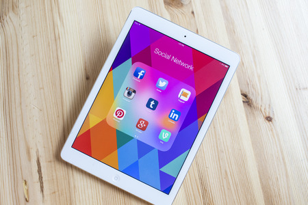 THAILAND - SEPTEMBER 07, 2014: All of popular social media icons on tablet device screen wood background. Éditoriale