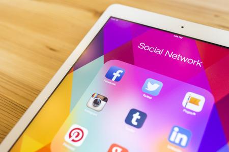 태국 - 2014년 9월 7일 : 태블릿 장치 화면 나무 배경에 인기있는 소셜 미디어 아이콘의 모든. 에디토리얼