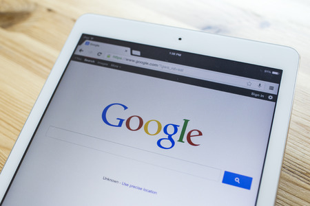 CHIANG MAI, THAILAND - 7 september 2014: Een Google search homepage op een iPad scherm, nieuwe app voor mobiele apparaten. Redactioneel