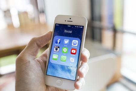 CHIANG MAI, THAILAND - 7 september 2014: Alle van de populaire sociale media pictogrammen op smartphone toestel het scherm met de hand houden op de Apple iPhone 5.