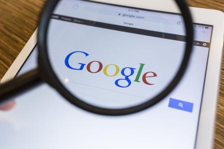 치앙마이, 태국 - 9 월 17 : 2014 년 웹 브라우저 애플 아이 패드 에어 기기에 구글 검색 페이지 뷰의 돋보기.