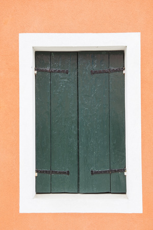 groen behang: Oude vintage houten deur met oude groene wallpaper