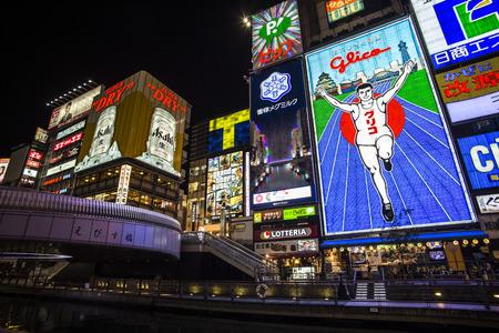 OSAKA, JAPAN - 28 OKTOBER 2013: De beroemde advertenties van Dotonbori. Met een geschiedenis die terugkwam tot 1612, is de districtis nu een van de belangrijkste toeristische bestemmingen van Osaka.