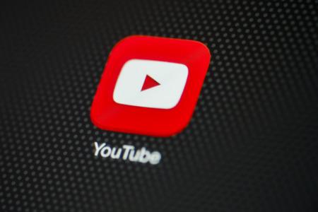 red tube: CHIANG MAI, Tailandia - 03 de octubre 2014: aplicación de Youtube de cerca en el dispositivo iPad de Apple Air.