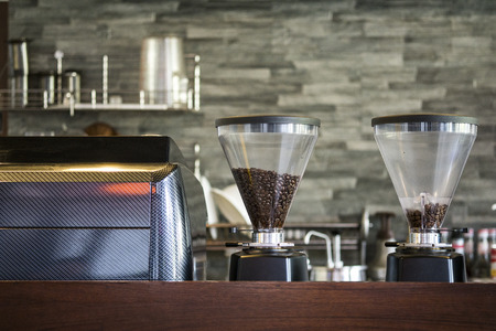Interieur koffiehuis met koffiezetapparaat Stockfoto