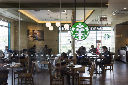 CHIANG MAI, THAILAND - OCTOBER 02, 2014: Starbucks coffee cafe at Chiang Mai Central Airport department store branch. Publikacyjne
