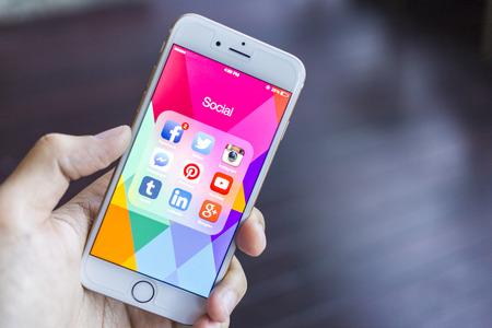 CHIANG MAI, THAILAND - 2 januari 2015: Alle populaire sociale media pictogrammen op smartphone toestel het scherm met de hand houden op Apple iPhone 6.