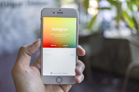 CHIANG MAI, THAILAND - 2 januari 2015: Een man probeert in te loggen Instagram applicatie met behulp van de Apple iPhone 6. Instagram is de grootste en meest populaire foto social networking site in de wereld. Redactioneel