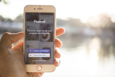 CHIANG MAI, THAILAND - 4 januari 2015: Close-up shot van de gloednieuwe Apple iPhone 6, met Pinterest applicatie ingelogd op een scherm.