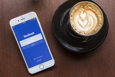 CHIANG MAI, THAILAND - 22 april 2015: Facebook applicatie met Apple iPhone 6. Facebook is het grootste en meest populaire social networking site in de wereld.