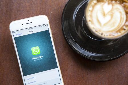 CHIANG MAI, THAILAND - 22 april 2015: iPhone 6 met sociale internet service WhatsApp op het scherm in de coffeeshop. iPhone 6 werd gecreëerd en ontwikkeld door Apple inc.