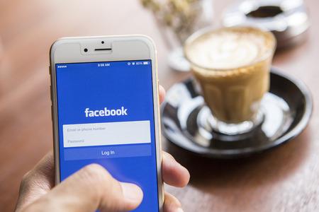 CHIANG MAI, THAILAND - 22 april 2015: Een man probeert in te loggen Facebook applicatie met behulp van de Apple iPhone 6. Facebook is het grootste en meest populaire social networking site in de wereld.