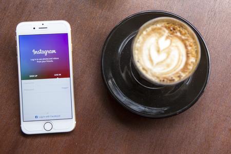 チェンマイ、タイ - 2015 年 4 月 22 日: Instagram アプリケーション アップルの iPhone 6 の喫茶店のテーブルの上。Instagram は、世界で最大かつ最も人気の