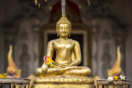Gouden Boedha op voorzijde van Chiang Mai tempel Sonkran festival. Thailand. Stockfoto