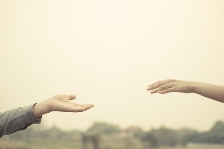 ragazza innamorata: Coppia mano insieme tocco con amore tono filtro vintage.