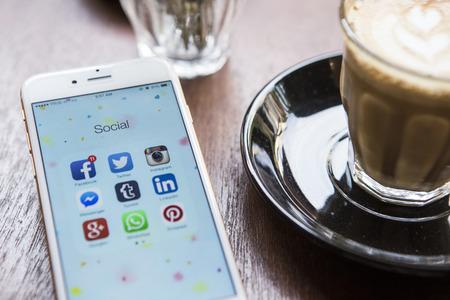 médias: Chiang Mai, Thaïlande - 22 avril 2015: Toutes les icônes de médias sociaux populaires sur écran de l'appareil smartphone d'Apple iPhone 6 sur la table à café.