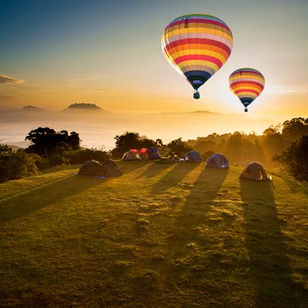 Heteluchtballonnen en winter Viewpoint op de bergen het noorden van Chiang Mai, Thailand