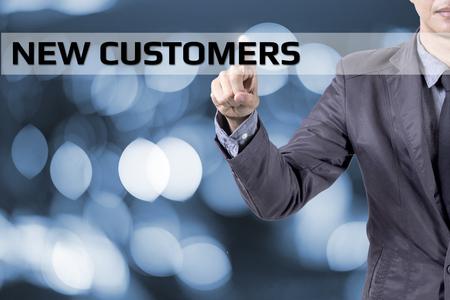 Hombre de negocios táctil en concepto de pantalla nuevos clientes Foto de archivo - 51729675