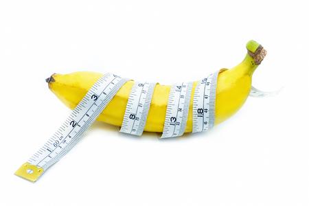 Meetlint gewikkeld rond een banaan, geïsoleerd op een witte achtergrond