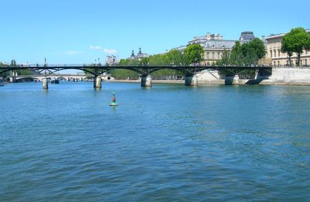 古典的な橋やパリ、フランスで画期的なアーキテクチャとセーヌ川