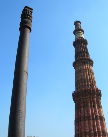 The Qutub Minar brick minaret and the iron pillar monuments in New Delhi, India. The Qutub Minar is the tallest brick minaret tower in the world. Imagens
