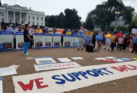 WASHINGTON, DC - 3 settembre 2017: i manifestanti hanno davanti la Casa Bianca segni contro le politiche del Presidente Trump, mentre i partecipanti parlano a favore dell'accesa ritardata per gli arrivi di infanzia (DACA) e della legge DREAM,