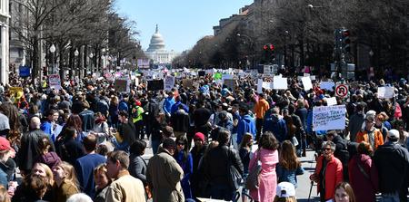WASHINGTON, DC, Estados Unidos - 24 de marzo de 2018: La gente se manifiesta en March For Our Lives, una manifestación dirigida por estudiantes, que exige el fin de la violencia armada y una legislación de control responsable de las armas de fuego.