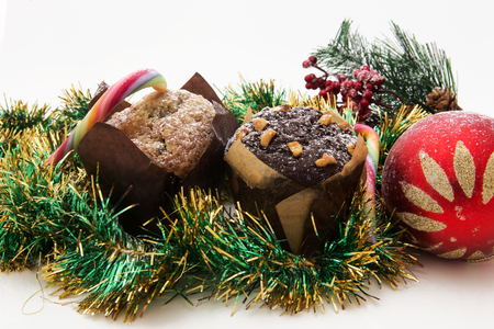 guirnaldas de navidad: Bodegón de Navidad con miel de jengibre magdalenas, adornos, pino, zapatos, regalo, guirnaldas dulces de chocolate sobre un fondo de madera