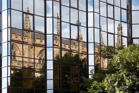 Glasgow. Reflection of an ancient church in a modern glass building Banque d'images