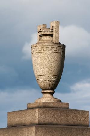 vasi greci: Lapide di granito in forma di anfora greco