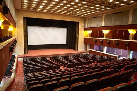 Hal van een bioscoop en lijnen van rode fauteuils