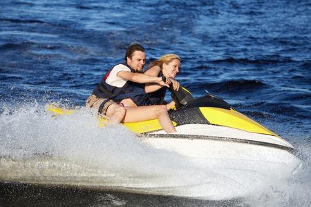 moto acuatica: Feliz sonriente pareja caucásica jet ski paseos
