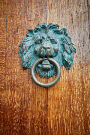 Door handle Lion with ring in mouth bronze with greens Banque d'images