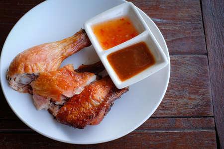 tamarindo: pollo a la parrilla comida tailandesa con salsas dulces y tamarindo