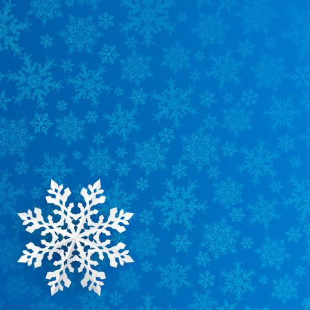 schneeflocke: Weihnachtshintergrund mit Schneeflocke aus Papier ausgeschnitten auf blauem Hintergrund von kleinen Schneeflocken