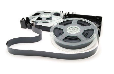 videocassette: La cinta de v�deo desmontadas en un fondo blanco